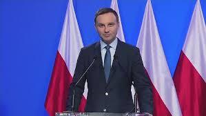 Prezydent Andrzej Duda na tle sztandarów.