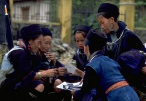 Hmong women oglądajace zdjęcia Bob Tubbs Public domain
